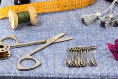 Accesorios maravillosamente presentados para la costura en un fondo de los vaqueros Imagenes de archivo