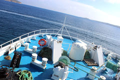 Accesorios marinos en la cubierta de un transbordador Fotos de archivo
