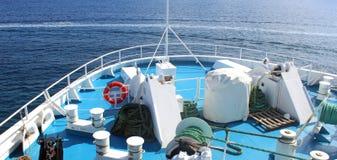 Accesorios marinos en la cubierta de un transbordador Fotografía de archivo