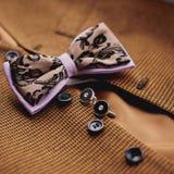 Accesorios: mariposa, lazos, mancuernas, para un traje clásico foto de archivo