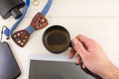 Accesorios masculinos con una taza de opinión superior del cofee Fotos de archivo