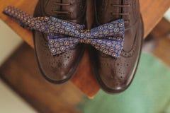 Accesorios masculinos oscuros elegantes elegantes en fondo de madera Vista superior de la corbata de lazo y de zapatos Fotos de archivo