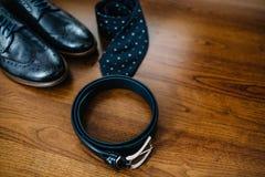 Accesorios masculinos Zapatos con el lazo y el puño Fotos de archivo