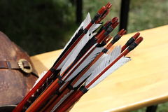 Accesorios medievales Parte de las flechas para el tiro al arco artesanías Foto de archivo