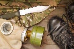 Accesorios militares en los tableros de madera Fotografía de archivo