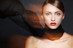 Accesorios. Modelo con la bufanda elegante del maquillaje y de la seda Imagenes de archivo