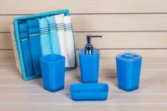Accesorios modernos azules del baño con la cesta de la toalla Fotos de archivo libres de regalías