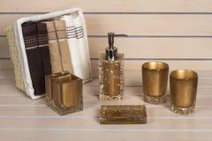 Accesorios modernos del cuarto de baño de Brown con la cesta de la toalla Imagen de archivo libre de regalías