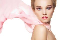 Accesorios. Muchacha de la manera con la bufanda de seda, maquillaje Fotos de archivo