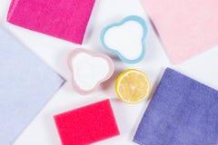 Accesorios nacionales y detergentes naturales, no tóxicos usando para limpiar en el fondo blanco Foto de archivo libre de regalías