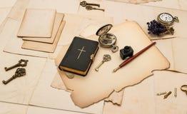 Accesorios negros del libro y del vintage de la biblia Fotos de archivo
