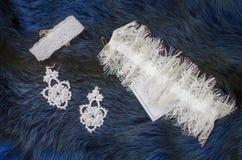 Accesorios nupciales del cordón blanco en el fondo del azul de la piel Weddin Imagen de archivo libre de regalías