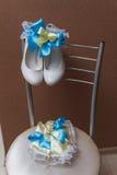 Accesorios nupciales en una silla blanca con las flores, Imagenes de archivo