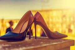 Accesorios nupciales - zapatos de la novia del color de Burdeos en railin de la escalera Foto de archivo libre de regalías