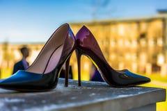 Accesorios nupciales - zapatos de la novia del color de Burdeos en railin de la escalera Imagen de archivo libre de regalías