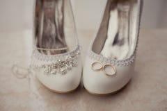 Accesorios nupciales: zapatos, joyería y anillos de la boda Fotografía de archivo libre de regalías