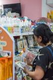 Accesorios o alimento para animales de las compras de la mujer en petshop Fotografía de archivo