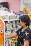 Accesorios o alimento para animales de las compras de la mujer en petshop Imagen de archivo libre de regalías