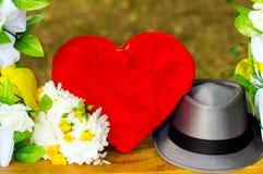 Accesorios, oscilaciones y ramo del corazón con los anillos Fotografía de archivo libre de regalías