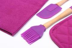 Accesorios púrpuras de la cocina del silicón en el fondo blanco Foto de archivo libre de regalías