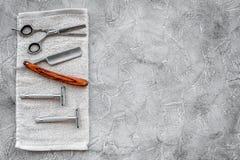 Accesorios para afeitar Afeitar la maquinilla de afeitar y sciccors en copyspace de piedra gris de la opinión superior del fondo  Imagenes de archivo