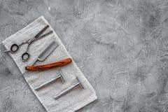Accesorios para afeitar Afeitar la maquinilla de afeitar y sciccors en copyspace de piedra gris de la opinión superior del fondo  Fotografía de archivo libre de regalías