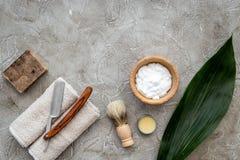 Accesorios para afeitar Brocha de afeitar, maquinilla de afeitar, espuma en copyspace de piedra gris de la opinión superior del f Fotos de archivo