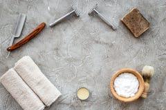 Accesorios para afeitar Brocha de afeitar, maquinilla de afeitar, espuma en copyspace de piedra gris de la opinión superior del f Fotografía de archivo