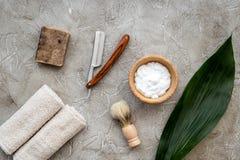 Accesorios para afeitar Brocha de afeitar, maquinilla de afeitar, espuma en la opinión superior del fondo de piedra gris de la ta Fotos de archivo libres de regalías