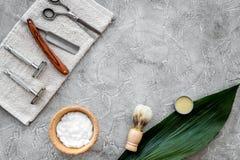 Accesorios para afeitar Brocha de afeitar, maquinilla de afeitar, espuma, sciccors en copyspace de piedra gris de la opinión supe Fotos de archivo