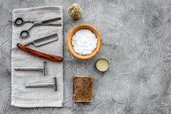 Accesorios para afeitar Brocha de afeitar, maquinilla de afeitar, espuma, sciccors en copyspace de piedra gris de la opinión supe Foto de archivo libre de regalías