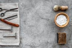 Accesorios para afeitar Brocha de afeitar, maquinilla de afeitar, espuma, sciccors en copyspace de piedra gris de la opinión supe Imagenes de archivo