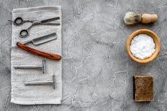 Accesorios para afeitar Brocha de afeitar, maquinilla de afeitar, espuma, sciccors en copyspace de piedra gris de la opinión supe Imagen de archivo libre de regalías