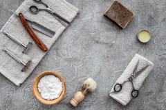 Accesorios para afeitar Brocha de afeitar, maquinilla de afeitar, espuma, sciccors en copyspace de piedra gris de la opinión supe Imagen de archivo