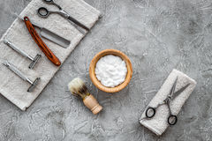 Accesorios para afeitar Brocha de afeitar, maquinilla de afeitar, espuma, sciccors en copyspace de piedra gris de la opinión supe Fotos de archivo libres de regalías