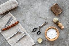 Accesorios para afeitar Brocha de afeitar, maquinilla de afeitar, espuma, sciccors en copyspace de piedra gris de la opinión supe Fotografía de archivo