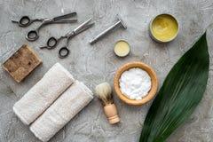 Accesorios para afeitar Brocha de afeitar, maquinilla de afeitar, espuma, sciccors en la opinión superior del fondo de piedra gri Foto de archivo libre de regalías
