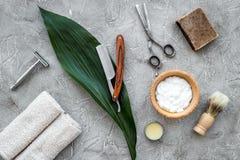 Accesorios para afeitar Brocha de afeitar, maquinilla de afeitar, espuma, sciccors en la opinión superior del fondo de piedra gri Imagen de archivo libre de regalías