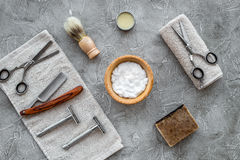 Accesorios para afeitar Brocha de afeitar, maquinilla de afeitar, espuma, sciccors en la opinión superior del fondo de piedra gri Fotos de archivo libres de regalías