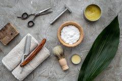 Accesorios para afeitar Brocha de afeitar, maquinilla de afeitar, espuma, sciccors en la opinión superior del fondo de piedra gri Imagen de archivo