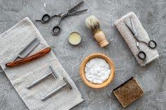 Accesorios para afeitar Brocha de afeitar, maquinilla de afeitar, espuma, sciccors en la opinión superior del fondo de piedra gri Foto de archivo