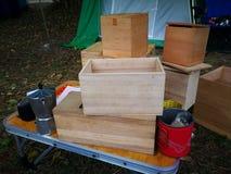 Accesorios para arriba que acampan de madera del paquete de la caja Fotos de archivo libres de regalías