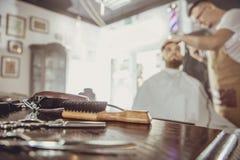 Accesorios para cortar en la tabla en una barbería Imagenes de archivo