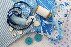 Accesorios para coser en c azul-blanca Fotos de archivo libres de regalías