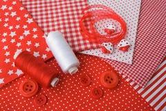 Accesorios para coser en el co rojo-blanco Foto de archivo