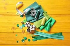 Accesorios para coser en fondo Fotos de archivo libres de regalías