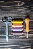 Accesorios para coser en la tabla de madera oscura Fotos de archivo libres de regalías