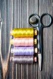Accesorios para coser en la tabla de madera oscura Imágenes de archivo libres de regalías