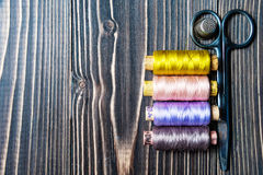 Accesorios para coser en la tabla de madera oscura Fotografía de archivo libre de regalías