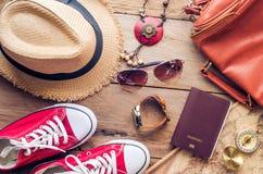 Accesorios para el adolescente en sus vacaciones Sombrero de paja, gafas de sol elegantes, bolso de cuero marrón, zapatos rojos y Foto de archivo libre de regalías